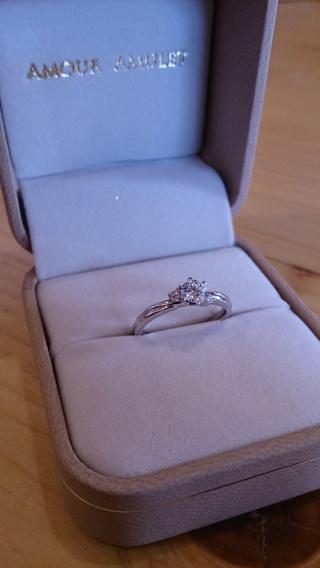 【AMOUR AMULET(アムール・アミュレット)の口コミ】 婚約指輪と結婚指輪を一緒に付けても横のダイヤ部分が上手く繋がるような…