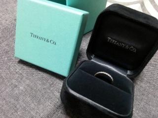 【ティファニー(Tiffany & Co.)の口コミ】 婚約指輪と結婚指輪の両方をしていたかったので、この形に決めました。ダイ…