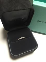 【ティファニー(Tiffany & Co.)の口コミ】 婚約指輪をティファニーでいただいたので、揃えました。   メレダイヤがフ…