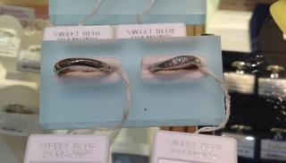 【SWEET BLUE DIAMOND(スウィートブルーダイヤモンド)の口コミ】 シンプルなデザインを探していたということと、真ん中にさりげなくブルーサ…