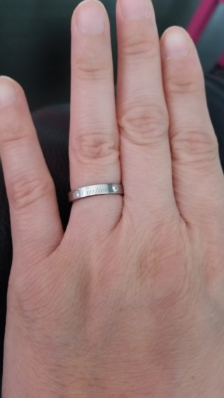 【カルティエ(Cartier)の口コミ】 私と主人で好みのデザインが一致しました。 ダイヤが左右に 2粒ついている…