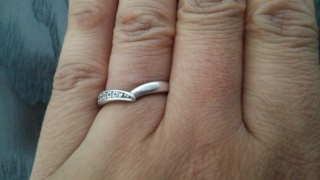 【4℃(ヨンドシー)の口コミ】 いかにも結婚指輪という形ではないところが気に入りました。流れるような曲…
