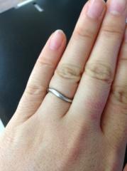 【銀座ダイヤモンドシライシの口コミ】 私の指はとても手の甲が広く指が短いタイプなので、選ぶのにだいぶ時間がか…
