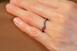 【アイプリモ(I-PRIMO)の口コミ】 希望のデザインは、大きなダイヤがひとつ、両サイドに小さなダイヤがひとつ…
