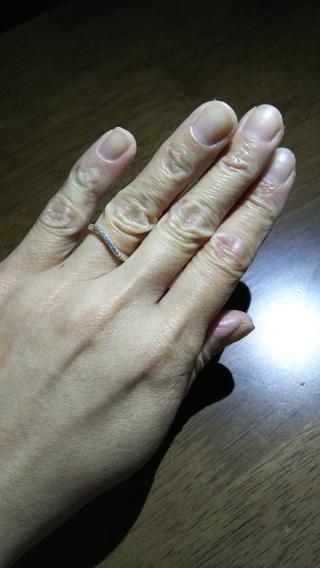 【4℃(ヨンドシー)の口コミ】 斜めにカーブが入っていて、これが指をきれいにみせてくれるそうです。ず…