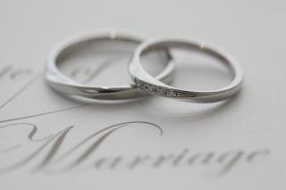 【4℃(ヨンドシー)の口コミ】 結婚式が近づき大慌てで指輪を買いに行きました。 指に合って男性がはめて…