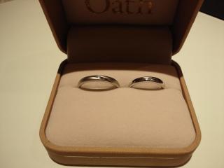 【GemmeoMyM(ジェンメオミィム)の口コミ】 見た目はすごくシンプルですが、女性の方にはダイヤがついています。 内側…