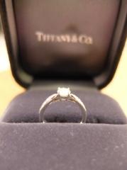 【ティファニー(Tiffany & Co.)の口コミ】 もともと華奢な指輪を探していました。 この指輪の台座は低くなっており、…