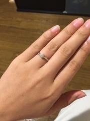 【4℃(ヨンドシー)の口コミ】 エンゲージリングを探し出してすぐにこの指輪に出会いました。 流れるよう…