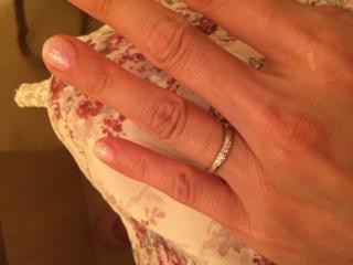【A・D・A(エー・ディー・エー)の口コミ】 シンプルながら可愛らしい物を探していて、真ん中のダイヤをピンクサファ…
