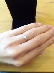 【ラザール ダイヤモンド(LAZARE DIAMOND)の口コミ】 シンプルな一粒ダイヤがいい、と決めていたのですぐにデザインは数種類に絞…