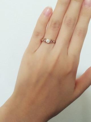 【Sweet aroma(スイートアロマ)の口コミ】 結婚する前、今の主人と一緒に婚約指輪を見に行ったのですが、ピンクダイ…