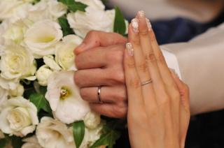 【スタージュエリー(STAR JEWELRY)の口コミ】 一粒ダイヤがついている太目のリングの婚約指輪と重ねて合う結婚指輪を探…