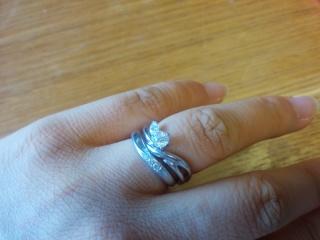 【D&D 144の口コミ】 結婚指輪は、シンプルなデザインのわりに、全体的なカーブや石のデザインが…