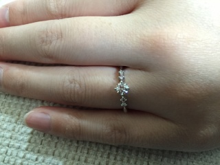 【アイプリモ(I-PRIMO)の口コミ】 センターダイヤモンドの両脇にちょうどいい大きさのピンクダイヤモンドが…