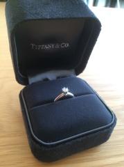 【ティファニー(Tiffany & Co.)の口コミ】 婚約指輪として購入。購入前は立て爪のものは出っ張っていて引っかかりそう…