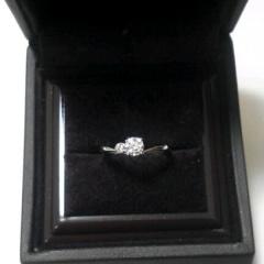 【アイプリモ(I-PRIMO)の口コミ】 ダイヤモンドの横にピンクダイヤモンドがあしらわれた、上品でシンプルなデ…