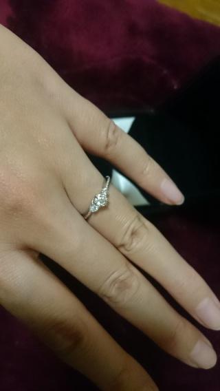 【エクセルコダイヤモンド(EXELCO DIAMOND)の口コミ】 なだらかなウェーブと、メインダイヤの両隣のメレダイヤのデザイン、ミル…