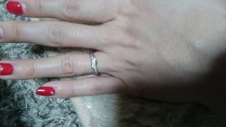 【アイプリモ(I-PRIMO)の口コミ】 婚約指輪とセットではないのですが、一緒にはめれるのが気に入れました。 …
