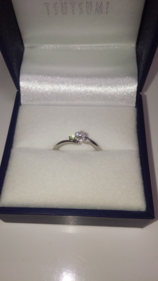 【ジュエリーツツミ(JEWELRY TSUTSUMI)の口コミ】 婚約指輪はシンプルなものが良かったので、こちらの指輪に決めました。 ダ…