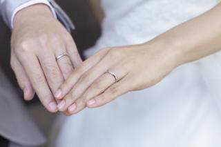 【snow(スノウ)の口コミ】 結婚指輪なので、シンプルなデザインのものを探していました。 こちらのお…