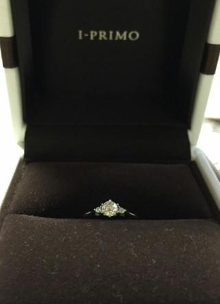 【アイプリモ(I-PRIMO)の口コミ】 横から見たときに、ダイヤが目立つ、いかにも婚約指輪というデザインが希望…