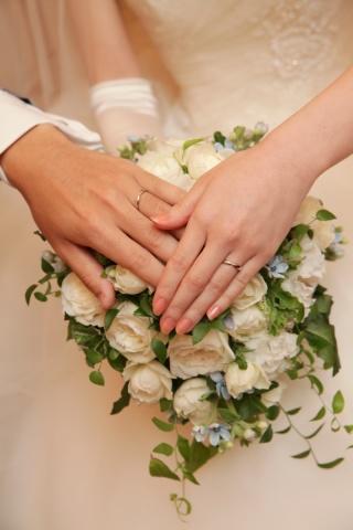【ティファニー(Tiffany & Co.)の口コミ】 最初は普通の丸い結婚指輪を探していたのですが、 ティファニーのハーモニ…