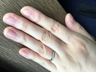 【4℃(ヨンドシー)の口コミ】 ウェーブラインの部分に男性はツヤ消しデザイン、女性はダイヤのデザイン…