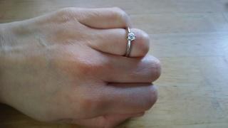 【ティファニー(Tiffany & Co.)の口コミ】 婚約指輪はシンプルだけど永遠に持つことができるデザインと考え、1粒のダ…