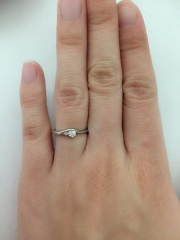 【MISS MONT ROND(ミスモントロンド)の口コミ】 結婚指輪と一緒に婚約指輪も選びました。婚約指輪は大きなダイヤがドーンと…