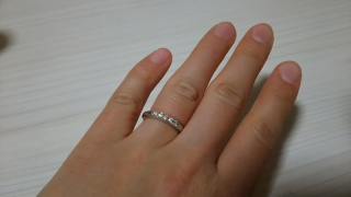 【ROYAL ASSCHER(ロイヤル・アッシャー)の口コミ】 5粒のダイヤモンドを並べた似たデザインを持つ3ブランドから、リングの太…