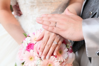 【Ponte Vecchio(ポンテヴェキオ)の口コミ】 婚約指輪と重ねずけできるタイプであったことが第一の決め手です。また一列…