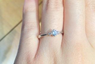 【ジュエリーKANDAの口コミ】 ダイヤに向かって細くなるデザインなので、ダイヤが大きく見えて良さが際…