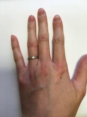 【カルティエ(Cartier)の口コミ】 婚約指輪と違って2人で付けるものなので、指輪を付け慣れていない旦那が付…