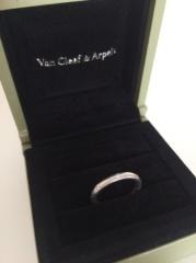 【ヴァン クリーフ&アーペル(Van Cleef & Arpels)の口コミ】 主人がつけても違和感がなく、シンプルなものが欲しかったのでこの指輪にし…