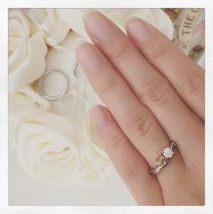 【A・D・A(エー・ディー・エー)の口コミ】 いかにも婚約指輪というデザインではなく、普段のちょっとしたお出掛けにも…