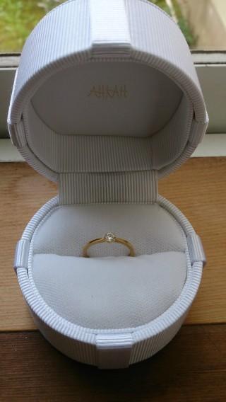 【AHKAH(アーカー)の口コミ】 婚約指輪は18Kにダイヤが真ん中についているタイプがずっといいなと思って…