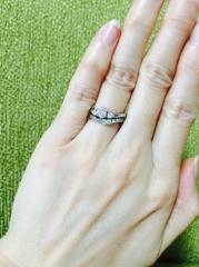 【ENUOVE(イノーヴェ)の口コミ】 主人と一緒に入籍前に婚約指輪と結婚指輪を両方見に行きました。私は手が…