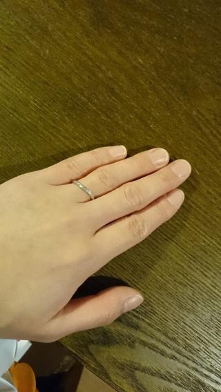 【アイプリモ(I-PRIMO)の口コミ】 婚約指輪と同じシリーズの物で、一緒に着けても合うもので、自分の指にも似…