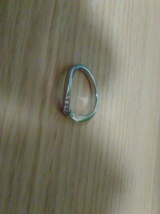 【俄(にわか)の口コミ】 シンプルな丸型では無くねじってある形になっていることで指が綺麗に見え…