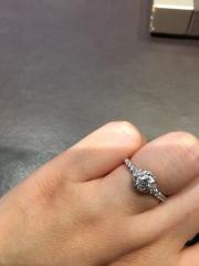 【ショーメ(CHAUMET)の口コミ】 昔から憧れのデザインで、婚約指輪はこれと決めていました。名前の通り、左…