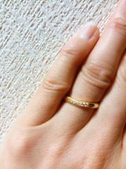 【エクセルコダイヤモンド(EXELCO DIAMOND)の口コミ】 ミル打ちのゴールドで探していて、 5つあるダイヤが入った時でもダイヤの…