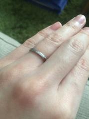 【4℃(ヨンドシー)の口コミ】 斜めのラインにダイヤモンドが入っていて、いろいろと試着してみましたが…