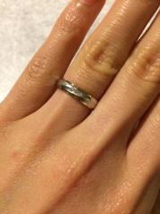 【銀座ダイヤモンドシライシの口コミ】 はじめ、角ばったお揃いのリングを選んでいたのですが、こちらの丸みを帯び…