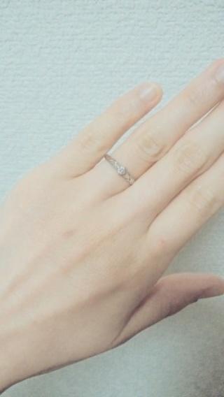 【QDMの口コミ】 彼からプロポーズの際に頂きました。 ごつい婚約指輪だと後々付けづらいと…