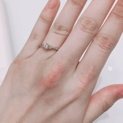 【YUKA HOJO jewelryの口コミ】 元々一粒ダイヤを考えていたため、候補にはなかったのですが、ゴールドと…