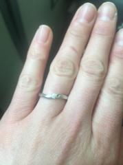 【TRECENTI(トレセンテ)の口コミ】 指輪が湾曲していて、指の形に沿っています。主人のゴツゴツした手にはめて…
