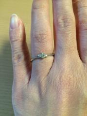 【ジュエリーツツミ(JEWELRY TSUTSUMI)の口コミ】 シンプルなデザインの婚約指輪を探していたところ、この指輪と出会いました…