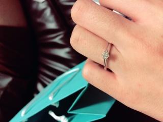 【ティファニー(Tiffany & Co.)の口コミ】 昔から婚約指輪をもらうことがあるなら絶対にこれ!と決めていました。婚約…