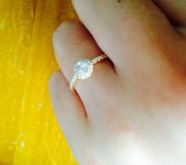 【AHKAH(アーカー)の口コミ】 婚約指輪は滅多につける場面がないという話をよく聞きますが、せっかくの指…